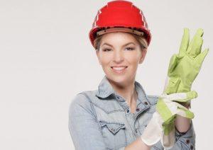 Frau mit Handschuhen beim Modernisieren