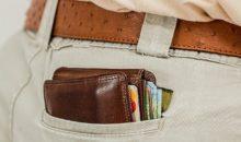 Kreditkarte und Geldbörse in Hosentasche